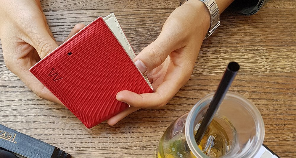 Man holding a red Baggizmo smart wallet